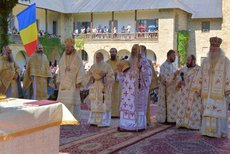 Mii de credincioşi la hramul Mănăstirii Neamţ