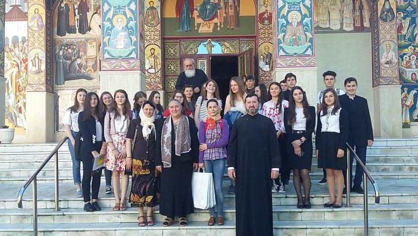 """În fața catedralei """"Sf. Ioan Iacob de la Neamț"""""""