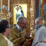 Credincioși români și francezi împărtășindu-se cu Sf. Taine