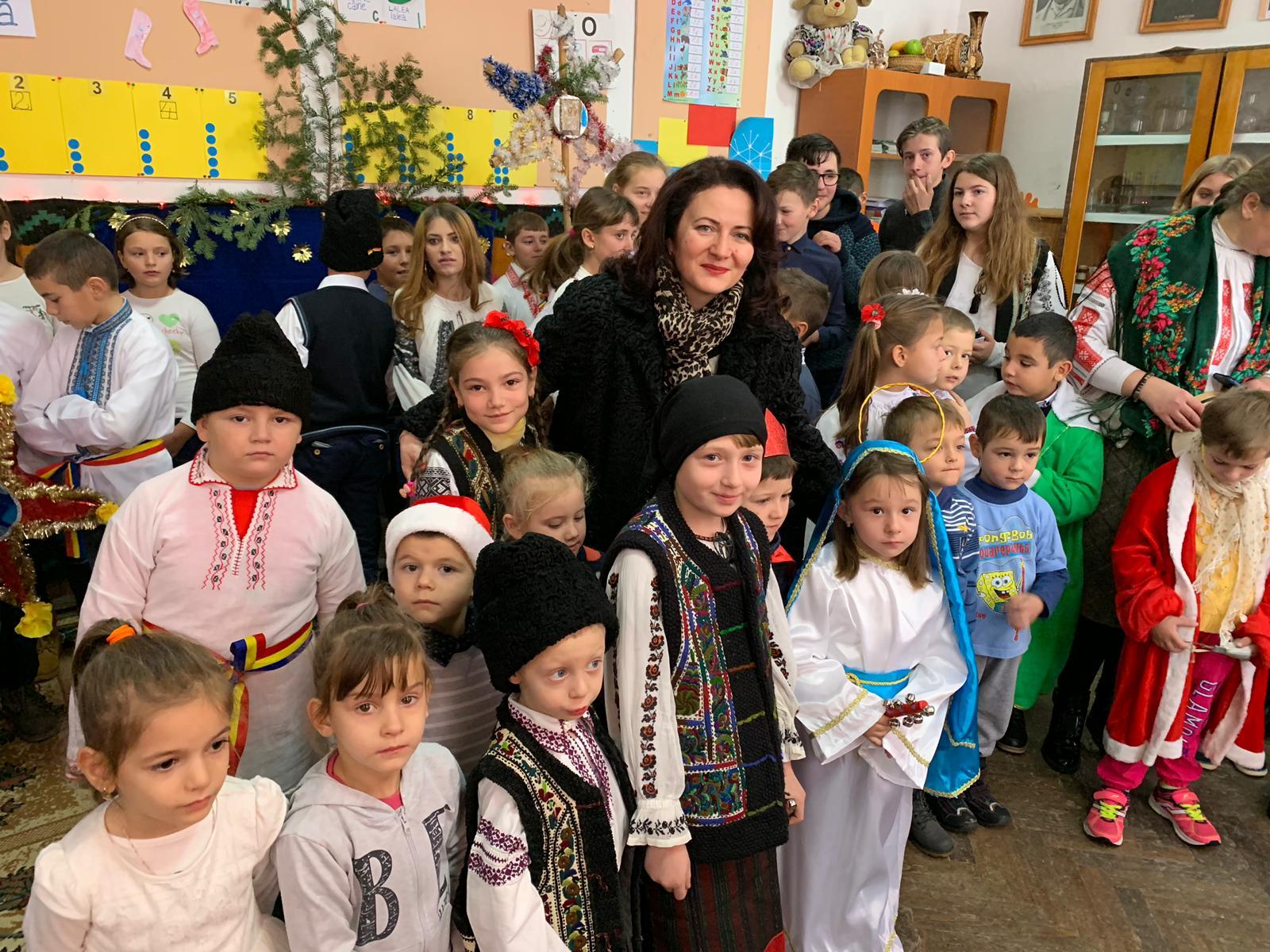 Iarna cu colindul sfânt peste școlile Lunca și Nemțișor