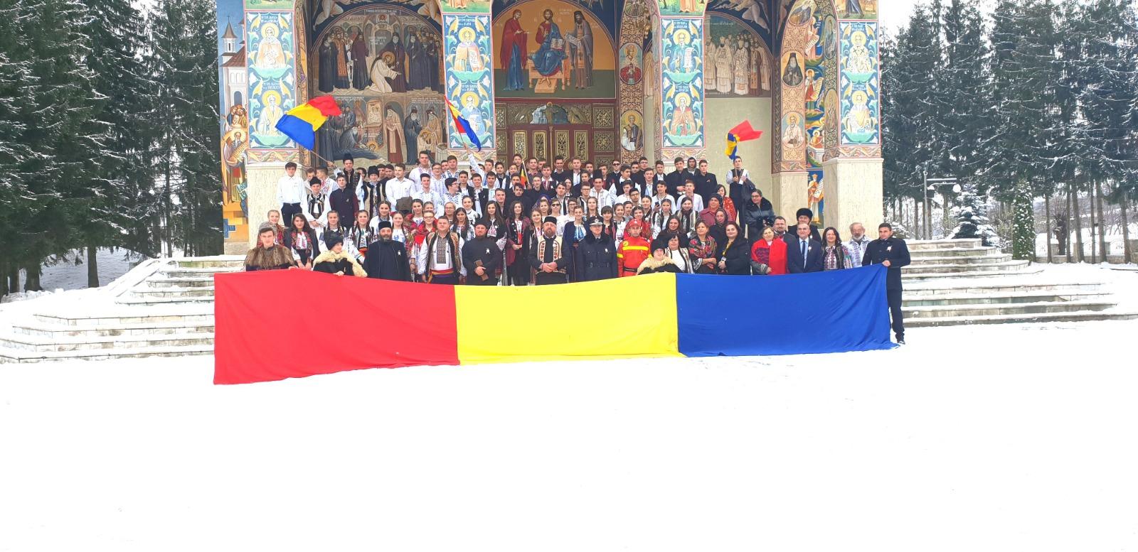 Elevi si profesori sărbătorind Centenarul Marii Uniri